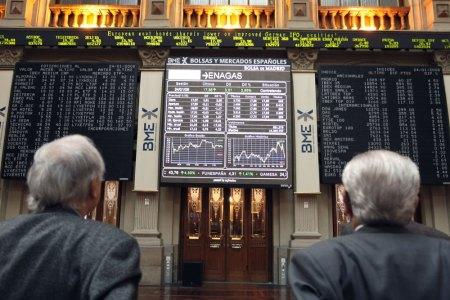 Foto de Ángel Díaz, de la agencia EFE, que muestra a unos inversores pendientes de los mercados.